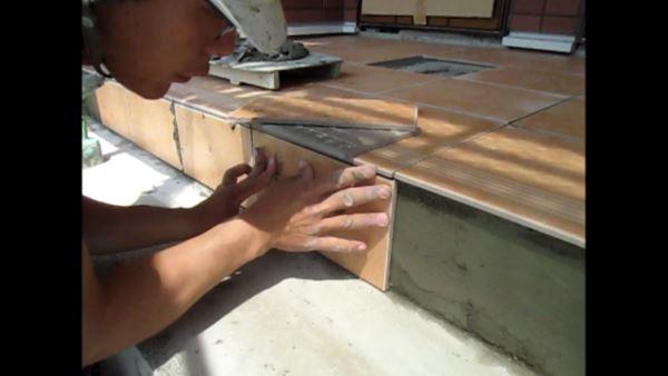 工事の動画。玄関ポーチのテラコッタ調タイル張り