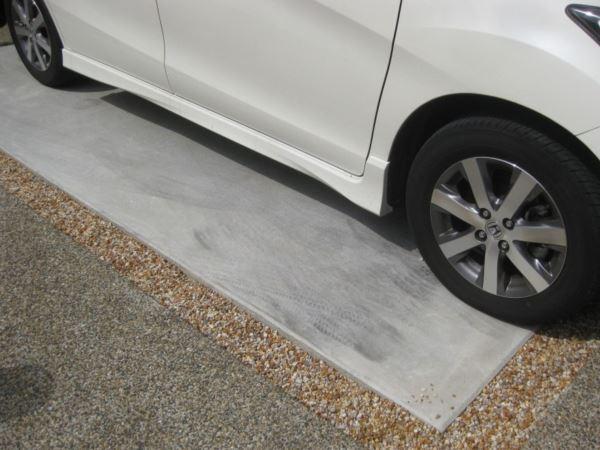 やれば簡単、駐車場のタイヤ痕の消し方