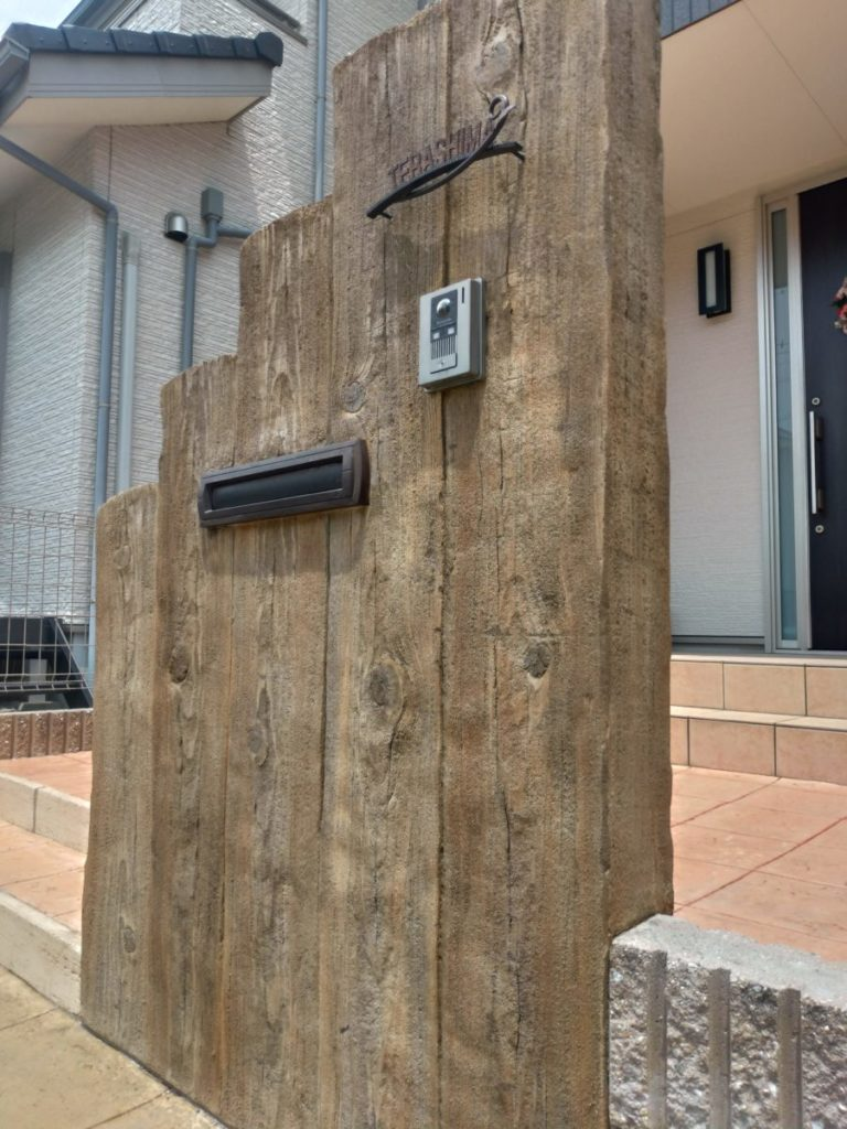 オリジナル門柱での外構工事、擬木・枕木風のエイジング塗装、モルタル造形での施工事例