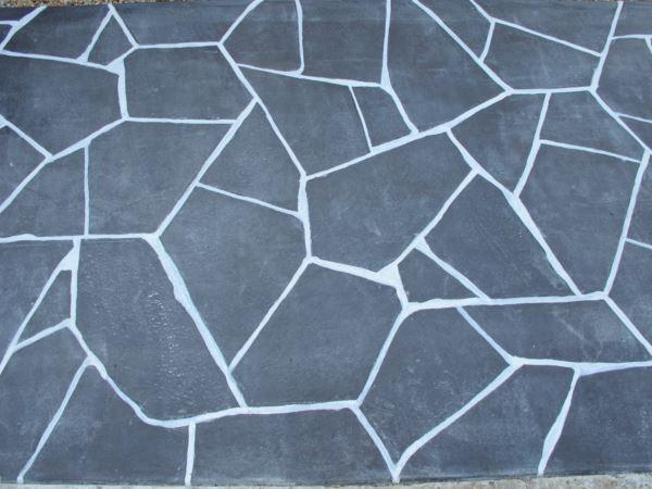 黒色を使ったカースペース、お施主様好みのスタンプコンクリート施工事例