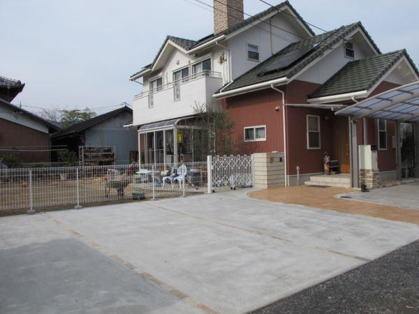 コンクリートにひと手間加えただけで、豪華な石張り模様が可能。駐車スペース玄関アプローチの施工事例