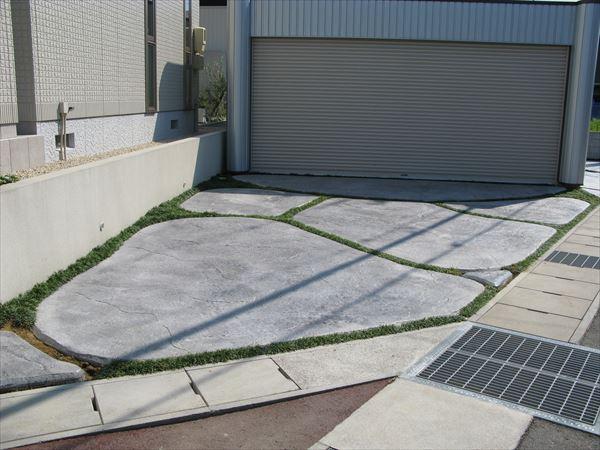 費用を掛けずにおしゃれ&豪華な玄関アプローチ・駐車スペースの工事が可能。岩肌模様だけを集めた施工実例