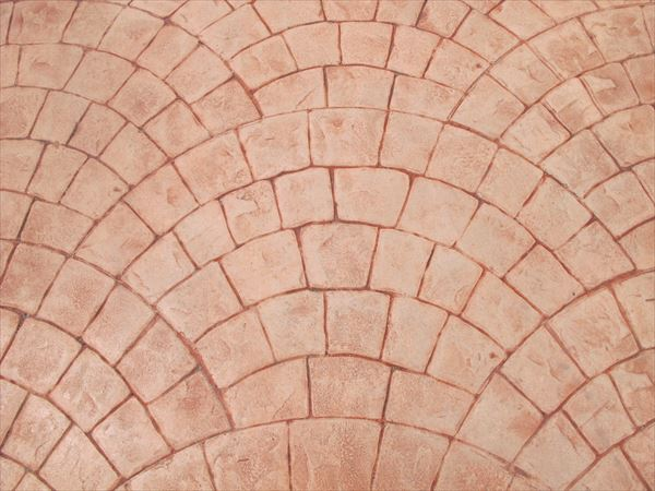 外構工事の生コンクリートに直接、石やレンガ模様がつけられるスタンプコンクリートは、新築でもリフォーム工事でも施工が可能。