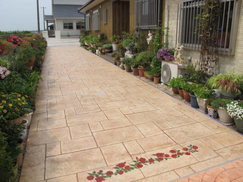 土間コンクリートにひと手間加えて、豪華な石張り模様が低価格で実現。駐車スペース玄関アプローチの施工事例