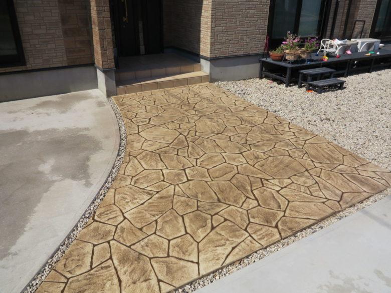 砂利敷き駐車場から、コンクリートで固めた施工事例