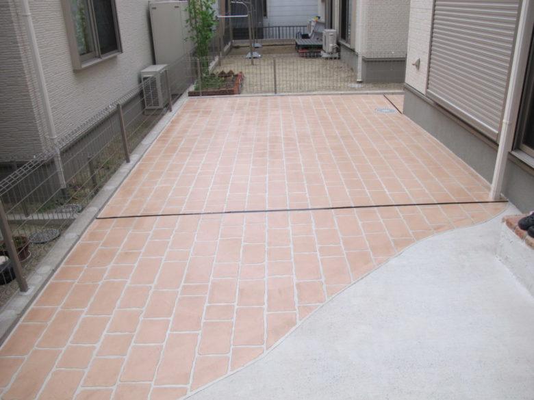 外構工事、土間コンクリート仕上げ、刷毛引き仕上げのクレーム解決対応事例