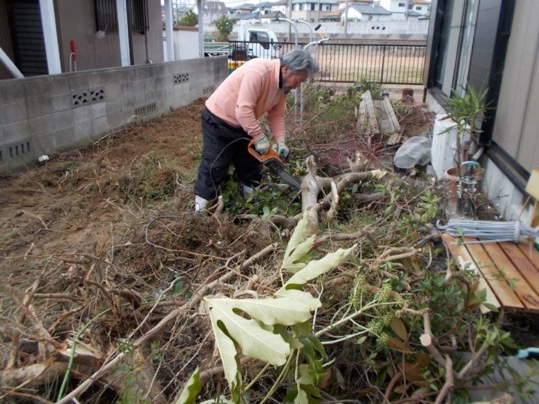 やや控えめな目隠しフェンスと化粧砂利敷きでの施工事例、樹木に植栽、雑草スッキリ解決