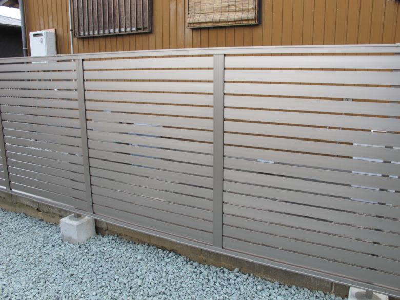 やや控えめな目隠しフェンス、化粧砂利敷の施工事例、お庭がスッキリ解決事例