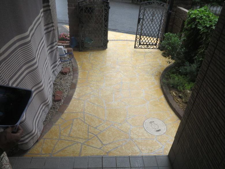 外壁塗装と同じように、駐車場のコンクリート玄関アプローチにも、手軽に塗装が可能な工事事例