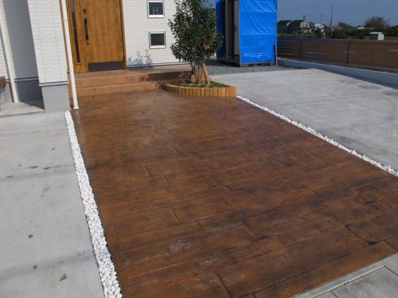 ウッド調・枕木風の玄関土間デザインコンクリート施工例