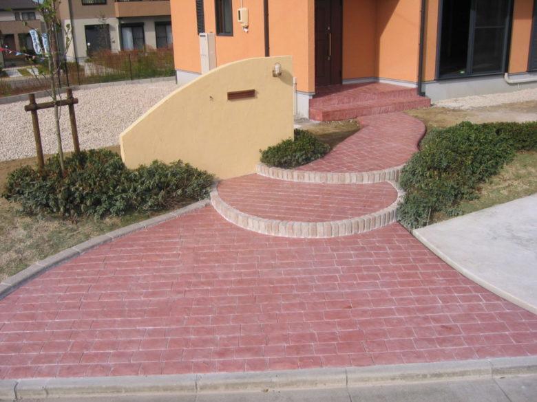まるでヨーロッパの街道のような石畳、玄関アプローチの土間コン工事