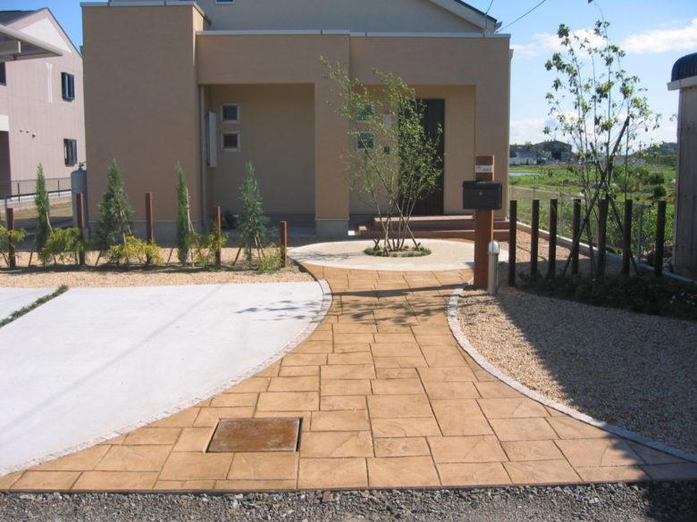 まるで本物の敷石ような、お庭のコンクリート工事