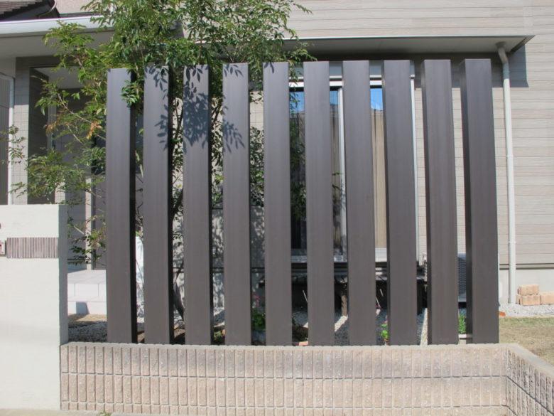 枕木調のフェンス 高めのスクリーンフェンスは迫力もあって視線も遮ります