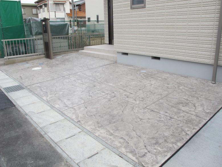 シンプルに真っ白な土間コンクリートだけでも、こんなにも印象が変わります。旭化成ヘーベルハウス様での新築外構施工事例