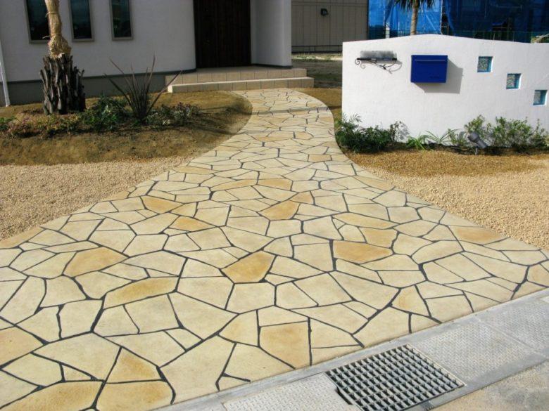 ヨーロッパ風石畳の玄関・アプローチ お庭のコンクリートでいちめん土間コン舗装