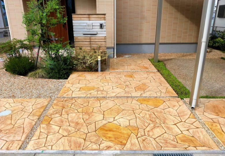 石張り風のスタンプコンクリートでおしゃれな玄関アプローチ