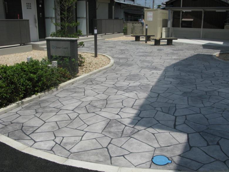 乱形石、割石調の石畳みで重厚感あるエントランス空間