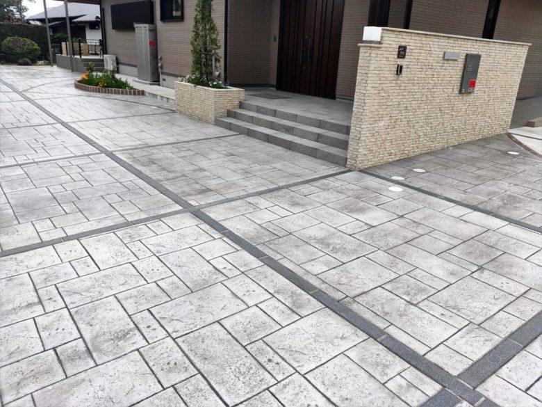 駐車場と通路をいちめん、コンクリート舗装で敷き詰めた施工事例